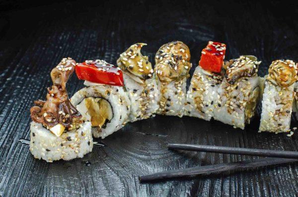Фирменный ролл осьминог, доставка осьминог суши, осьминог