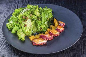 Салат с осьминогом, салат со щупальцами осьминога, щупальца осьминога, осьминог суши и деликатесы киев, осьминог онлайн